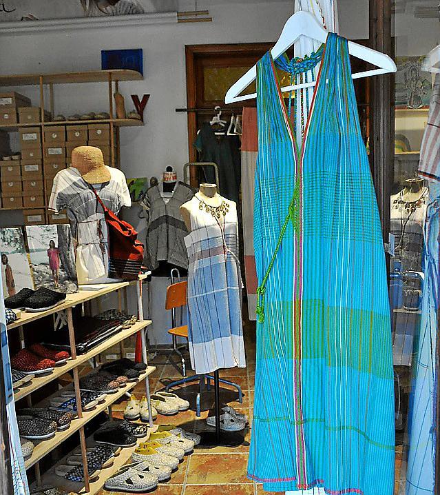 Die nachhaltig gewebten Kleider sind aus einem Stük gemacht.