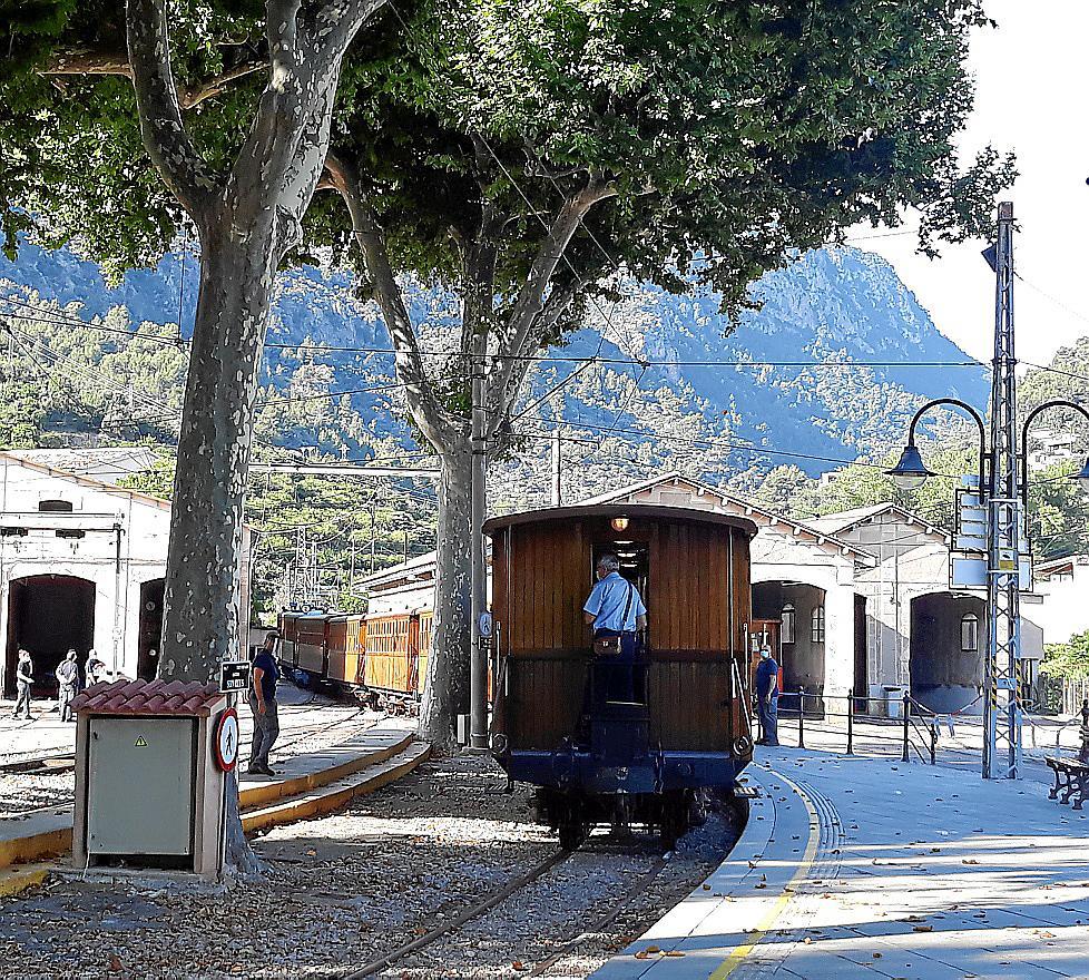 Die alte Holzeisenbahn fährt entlang einer malerischen Strecke.