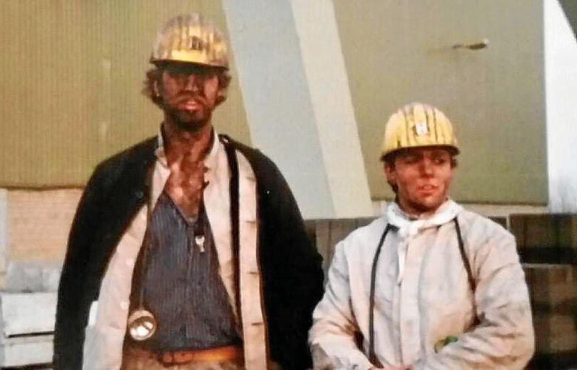 Pierre Lorenz (rechts) an seinem letzten Arbeitstag mit einem Kumpel. Das weiße Halstuch war sein Markenzeichen.