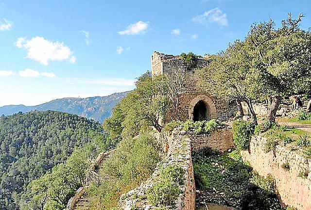 Die Burgmauern sind das Wahrzeichen Alarós.