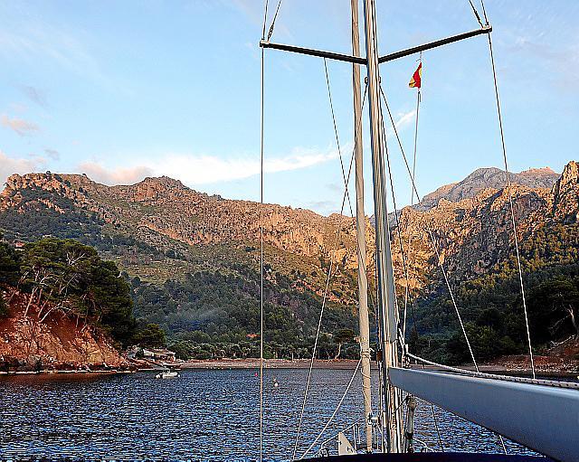 Wenn der Wind nicht weht und das Meer ganz still ist, wird der Aufenthalt vor der Cala Tuent zu einem magischen Erlebnis.
