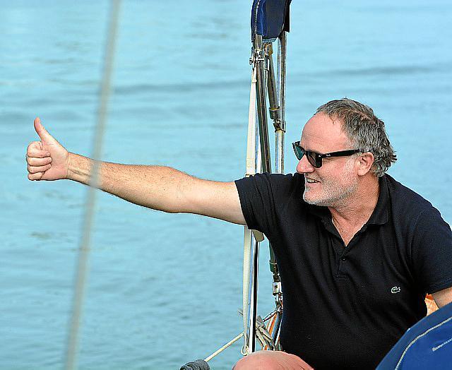 """Thomas Käsbohrer auf seinem Boot """"Levje"""", das schon manchen Sturm ausgehalten hat."""
