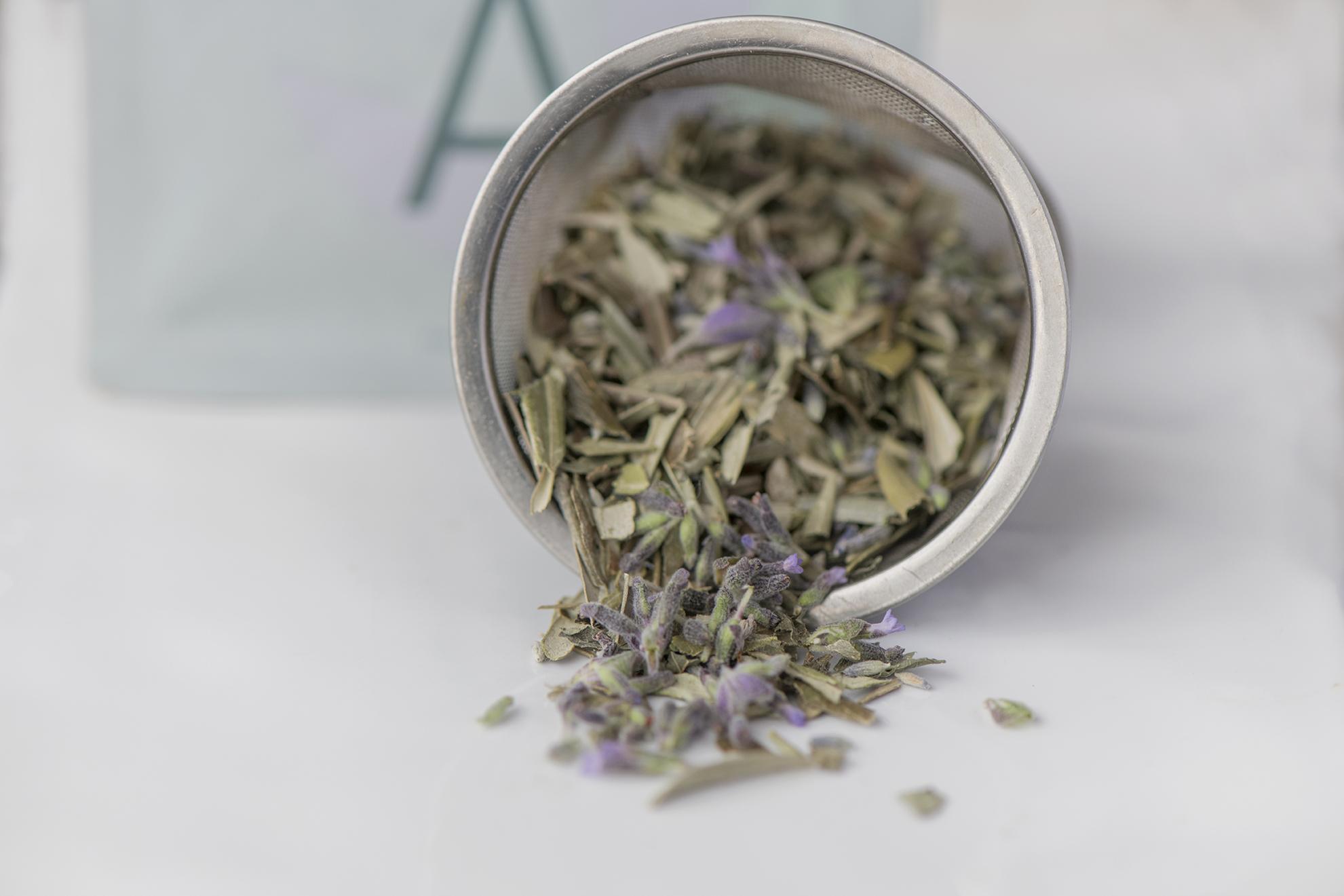 Die getrockneten Olivenblätter werden mit Lavendel oder Zitrone, Hierba Buena oder weiteren Kräutern versetzt.