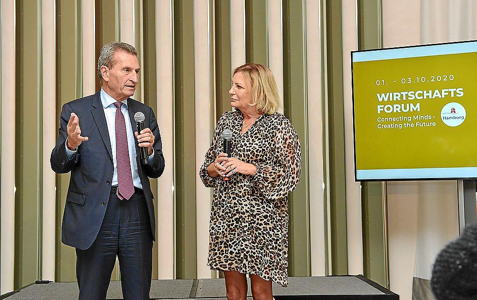 Der frühere EU-Kommissar Günther Oettinger im Gespräch mit Talklady Sabine Christiansen, die das Wirtschaftsforum moderierte.