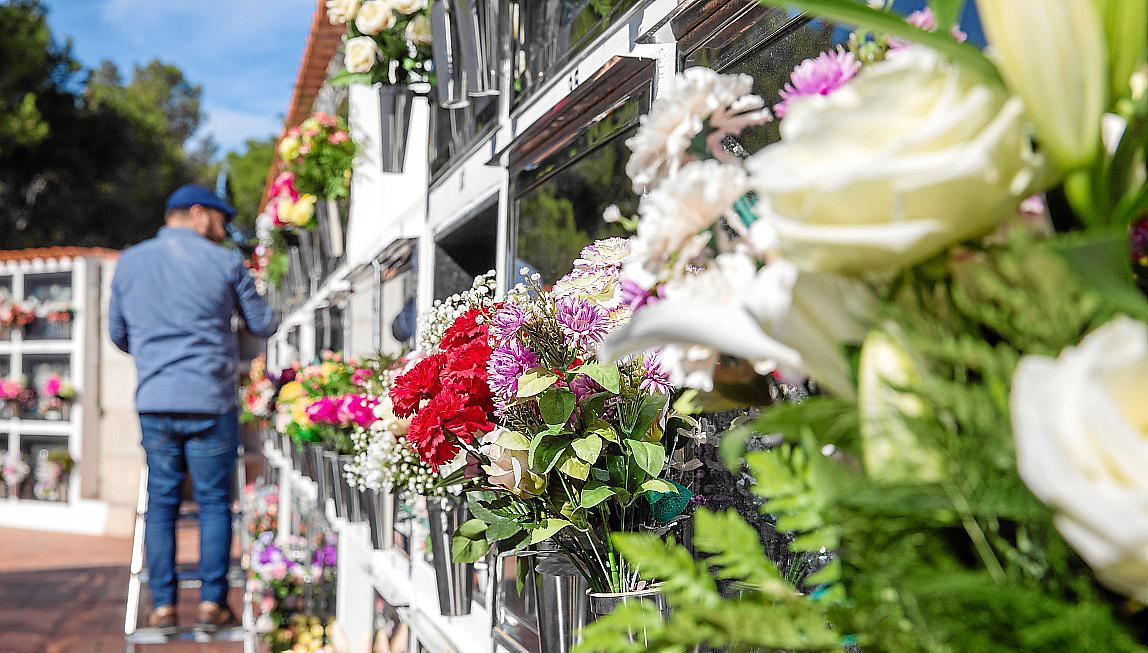 Sogar per Leiter klettern Besucher zu den Gräbern empor, um Blumen abzulegen.