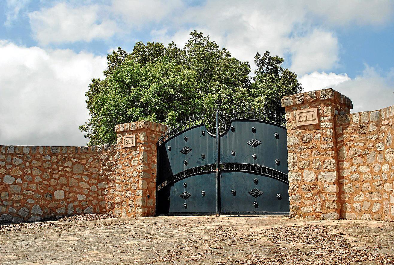Verschlossene Tore der ehemaligen Becker-Villa.