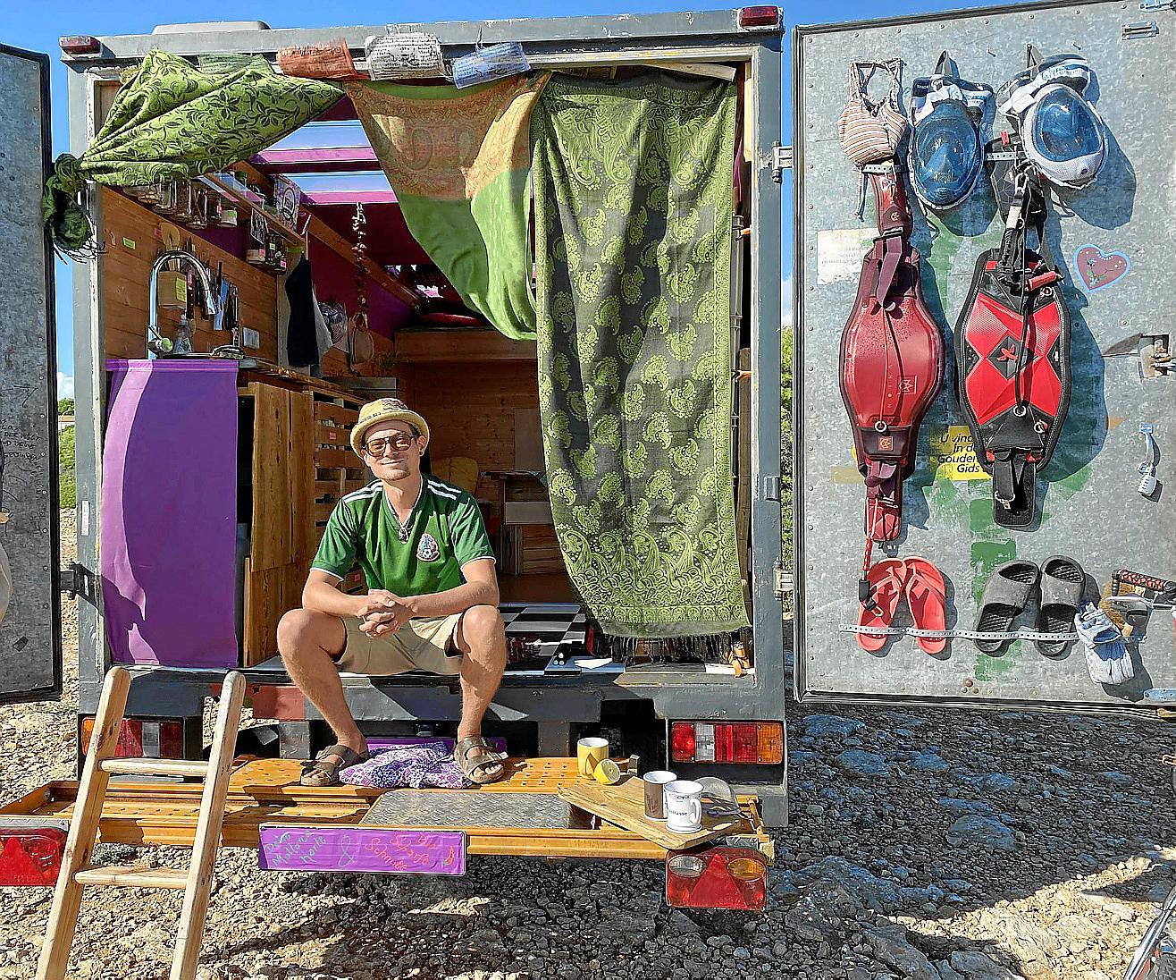 """Elektro-Fahrrad, Motorroller, Schnorchel-Ausrüstung und Kite-Equipment – die """"scharfe Schnute"""" hat alles an Bord."""