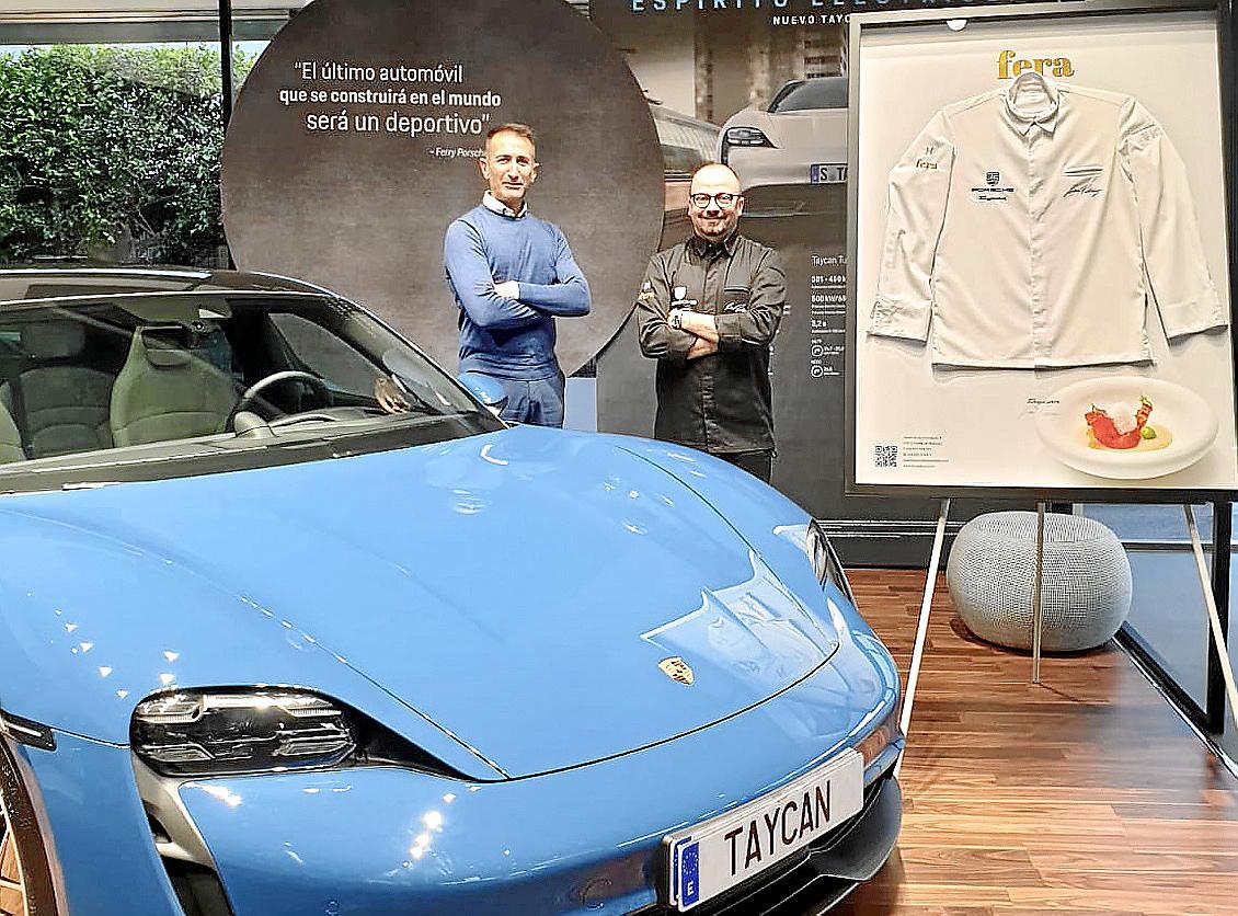 Alejandro Peregrina, Geschäftsführer von Porsche Baleares (l.) und Simon Petutschnig vom Restaurant Fera mit dem neuen Taycan.
