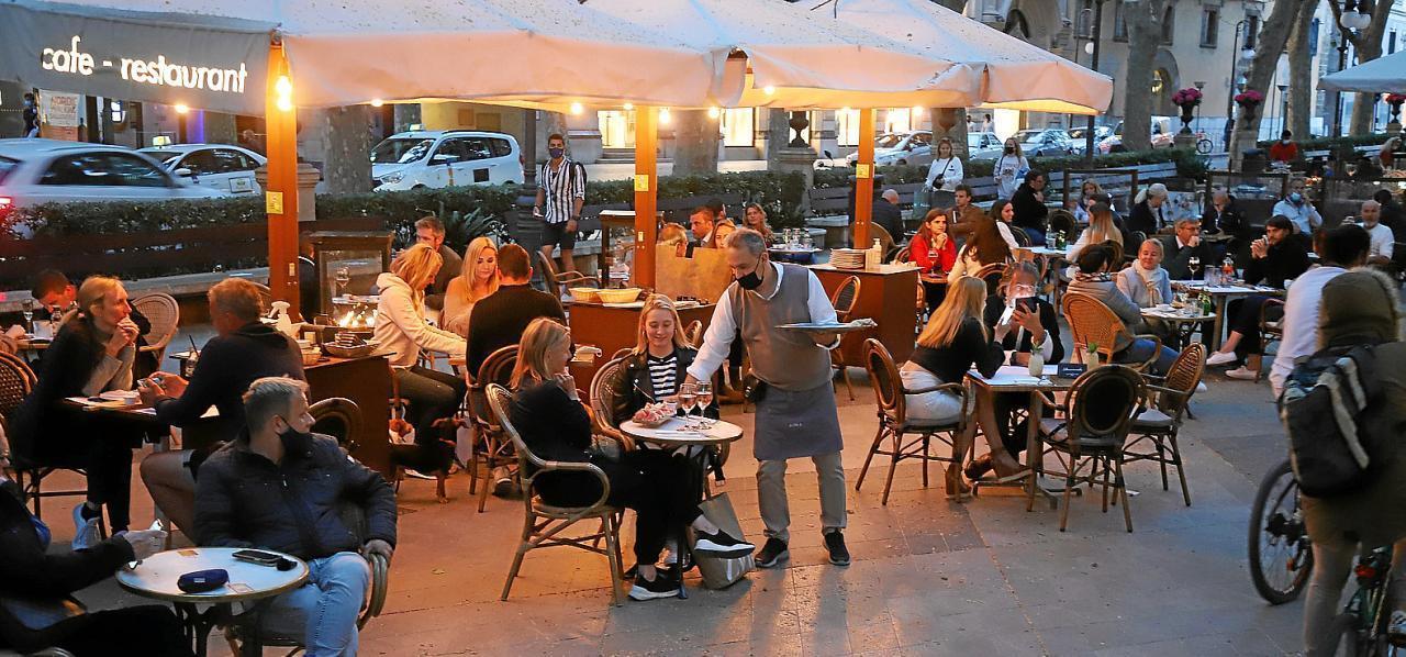 Bars und Restaurants öffnen auf Mallorca nun auch wieder abends – aber nur zwischen Montag und Donnerstag.