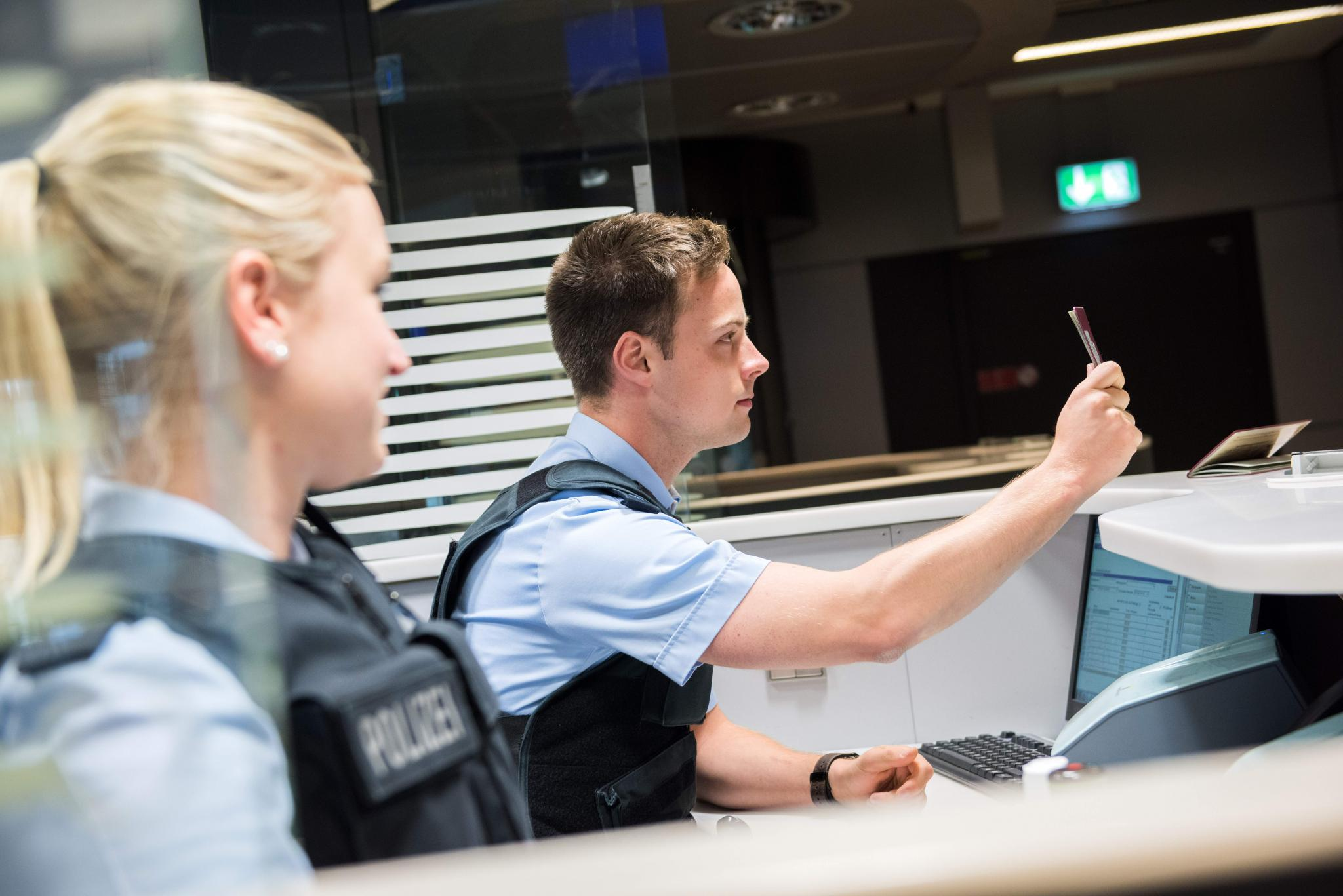 Neben Fluggesellschaften kontrollieren auch Bundespolizisten Tests und Genesenen-Nachweise sowie Impfpäße. (Symbolbild)