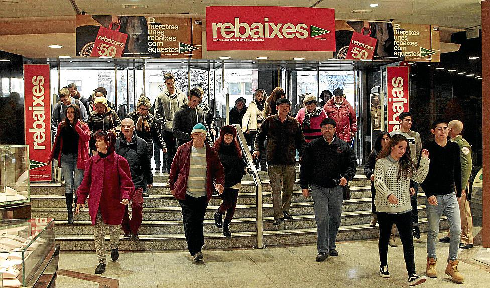 0ac263d66 Auf gehen die Türen im Kaufhaus El Corte Inglés zum Schlussverkauf