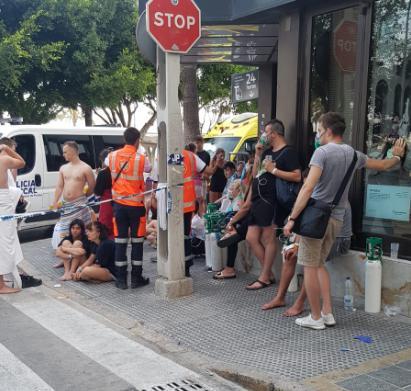 Evakuierte Touristen vor dem Hotel.