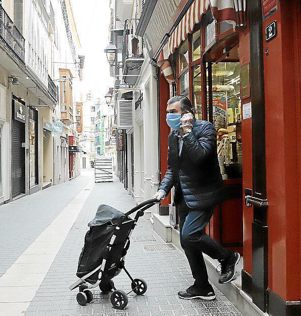 In der Calle Sant Nicolau, sonst belebte Einkaufsstraße, haben nur noch ein Delikatessengeschäft und eine Bäckerei geöffnet.