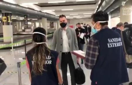 Deutscher Pilotprojekt-Passagier bei der Ankunft auf Mallorca.