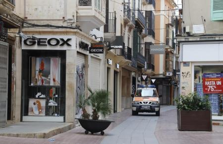 Leere Straße im Frühling in Palma.