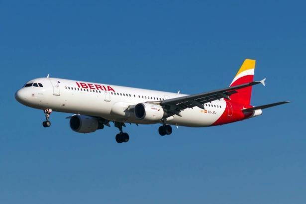 Blick auf ein landendes Iberia-Flugzeug.