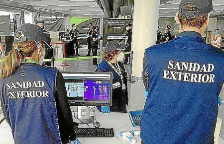 Gesundheitskontrolleure im Einsatz im Flughafen von Mallorca.
