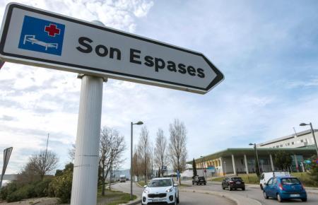 Auch in Son Espases auf Mallorca liegen noch immer Coronakranke.