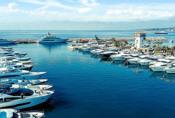 Wie immer liegen in Puerto Portals viele große und elegante Yachten, doch es ist stiller als in den vergangenen Jahren.