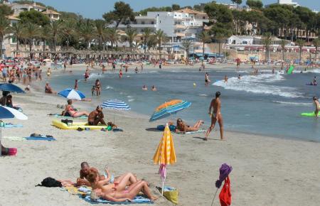 Peguera, eine der beliebten Strandgemeinden von Calvià (Archivbild) , freut sich auf sommerliches Treiben – inklusive Schutzmaßnahmen vor Corona.