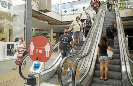 Viele Menschen auf Mallorca halten sich beim Shoppen noch zurück.