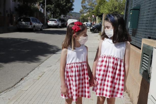 Wie die Erwachsenen müssen auch Kinder ab sechs Jahren in weiten Bereichen des öffentlichen Lebens auf Mallorca Masken tragen.
