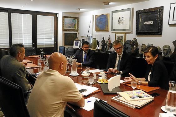 Hoher Besuch: Christian Ebner wurde im Sitzungssaal der Verlagsgruppe Serra von Präsidentin Carmen Serra (r.) empfangen.