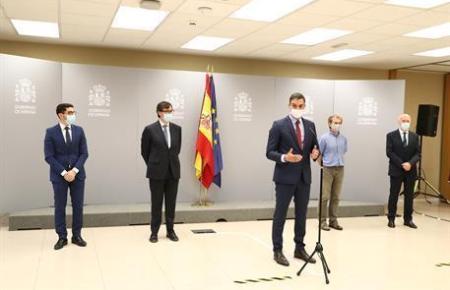 Pedro Sánchez mit Kabinettskollegen vor der Presse.