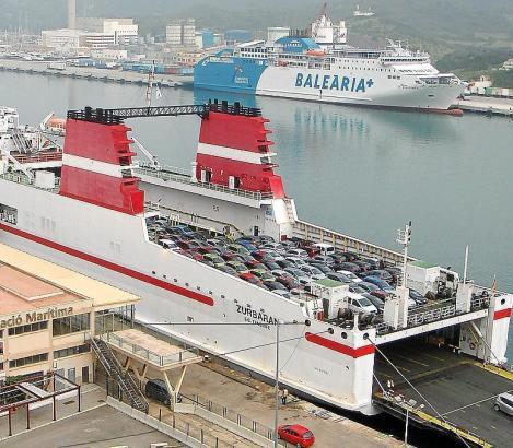 Per Fähre werden die Mietwagen auf die Balearen gebracht.