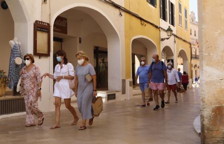 Auf den Balearen, hier ein Foto von Menorca, wird die Maske ab dem Wochenende auch an der frischen Luft Pflicht,