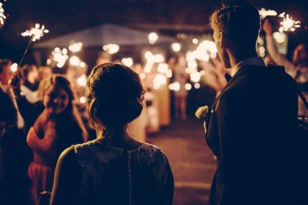 Die Gästezahl bei Outdoor-Hochzeiten wird auf maximal 250 festgelegt.
