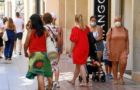 Maskenträger in der Sant-Miquel-Fußgängerzone in Palma.