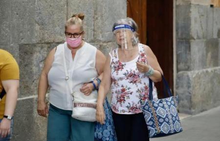 Ein transparenter Gesichtschutz aus Plastik wird von Montag an nicht mehr ausreichen. Obligatorisch ist ein Nasen-Mund-Schutz wie bei der Frau links.