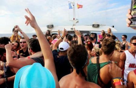 Das Organisieren von illegalen Massenpartys auf Ausflugsbooten wird ebenfalls als sehr schwerer Verstoß gewertet.