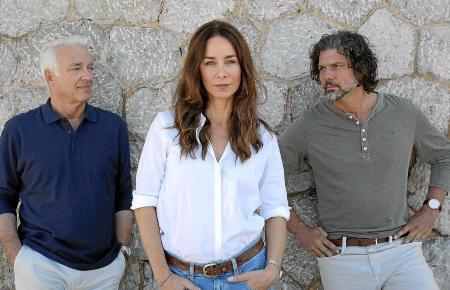 Zwischen den Stühlen oder eher Männern stehen? Turbulente Liebeskomödie auf Mallorca.