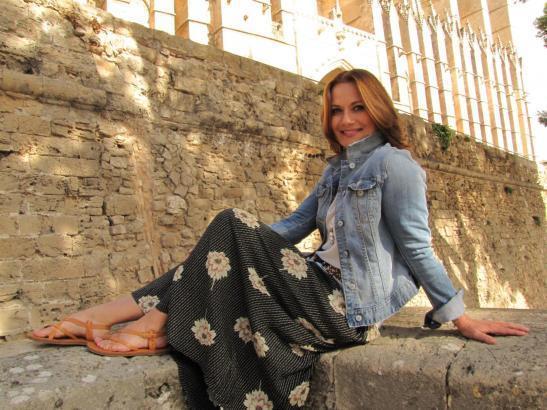 Jenny Jürgens vor der Kathedrale auf Mallorca.