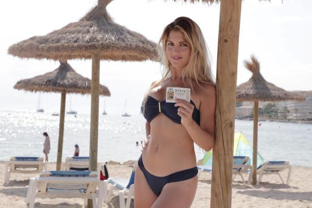 """Strandbesuch mit """"Decimo"""": Leni Laville hat ihr Los für die Weihnachtslotterie schon."""