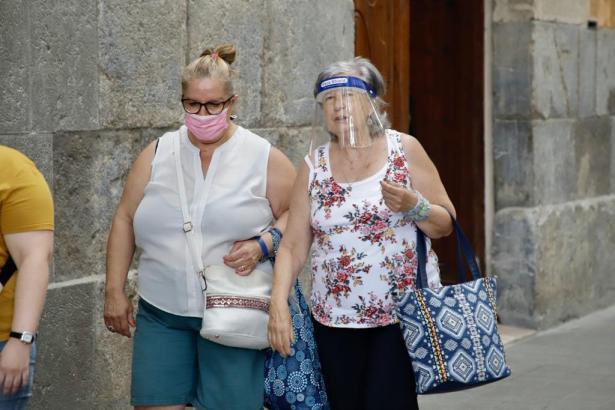 Maskenträgerinnen auf einer Straße in Palma.