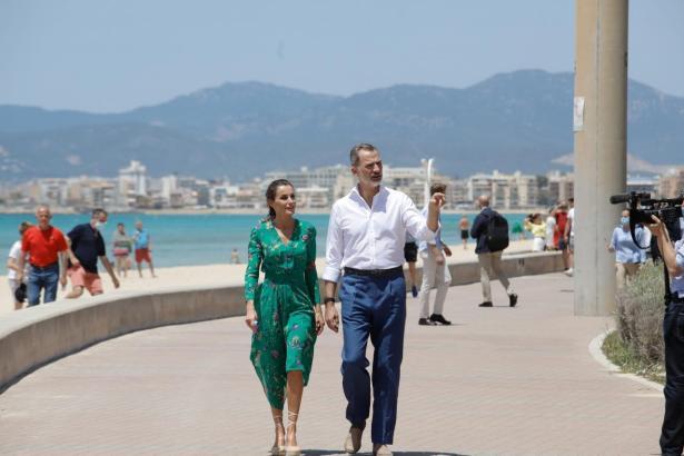 Letizia und Felipe VI. vor einigen Wochen auf der Promenade an der Playa de Palma.