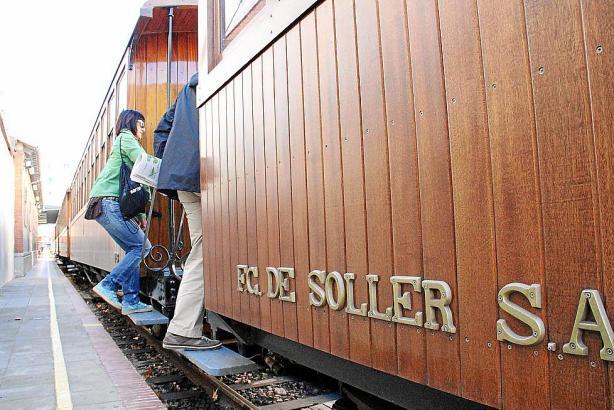 Schnell, schnell! Alle einsteigen! Mit einem lauten Tuten kündigt die historische Eisenbahn ihre Fahrt an.