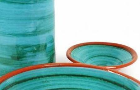 Meeresfarben kombiniert mit Erdtönen – das macht den Charme der typischen Inselkeramik aus.