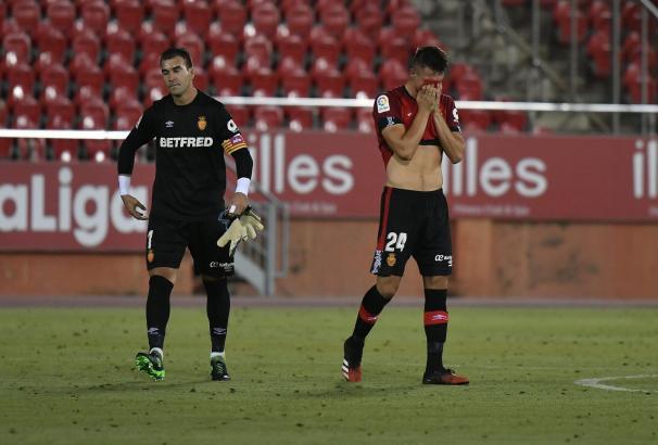 Es ist vorbei. Keeper Manolo Reina und Verteidiger Martin Valjent sind fassungslos.