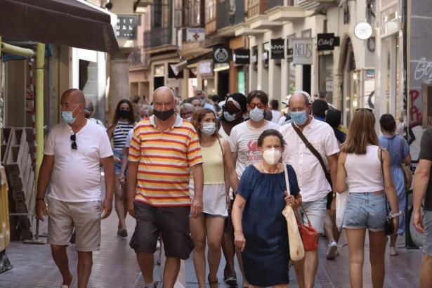 Maskenträger in einer Fußgängerzone in Palma.