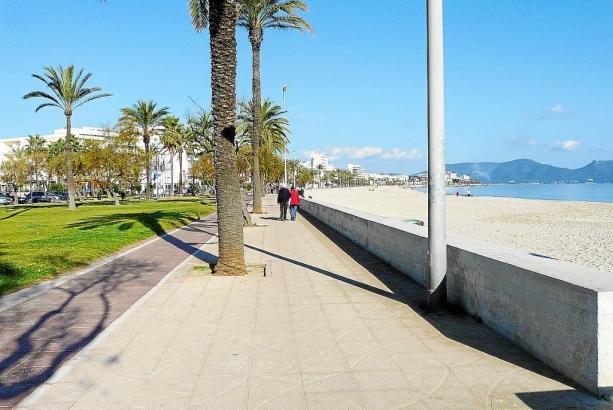 Blick auf die Promenade und den Strand von Cala Millor.