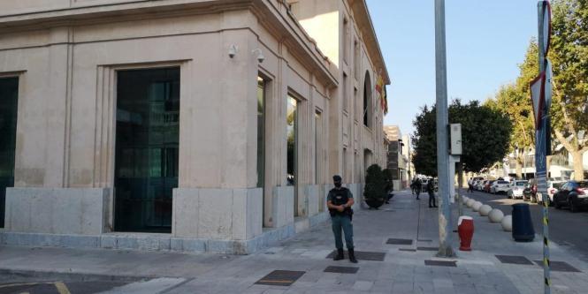 Beamte der Guardia Civil am Freitag vor der Hafenbehörde in Palma.