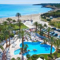 Blick auf einen Hotelpool auf Mallorca.