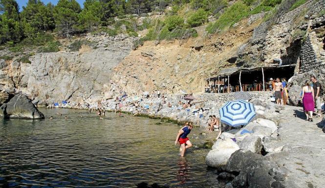 Harter Boden, aber wunderschöne Umgebung: Cala Deià.