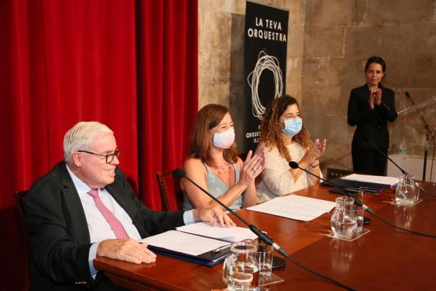 Klaus-Michael Kühne., Ministerpräsidentin Francina Armengol und Kulturministerin Pilar Costa während der Pressekonferenz im Consolat de Mar.
