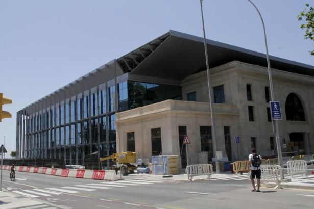Die Aufnahme zeigt den Hauptsitz der balearischen Hafenbehörde in Palma kurz nach der Fertigstellung des modernen Anbaus im Jahre 2012.