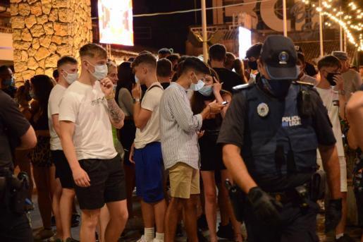 Guardia Civil und Calviàs Lokalpolizei pochten auf die Einhaltung der Maskenpflicht im nächtlichen Magaluf.